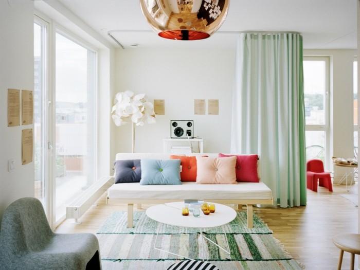 excellente-idée-déco-petit-salon-canapé-blanc-coussins-colorés-jeu-decouleurs-aisé-table-basse-design-original-déco-fleur-artificielle