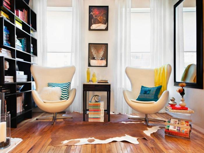 idée-déco-petit-salon-moderne-canapés-blancs-joli-design-bibliothèque-en-bois-massif-miroir-très-grand-accessoires-décoratifs-singuliers