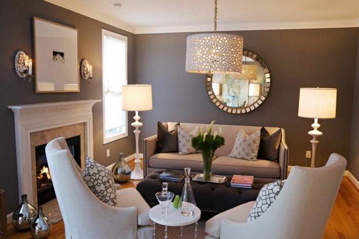 idée-déco-petit-salon-aménager-un-petit-salon-fauteuils-et-canapé-blanc-éclairage-soigné-miroir-design-original