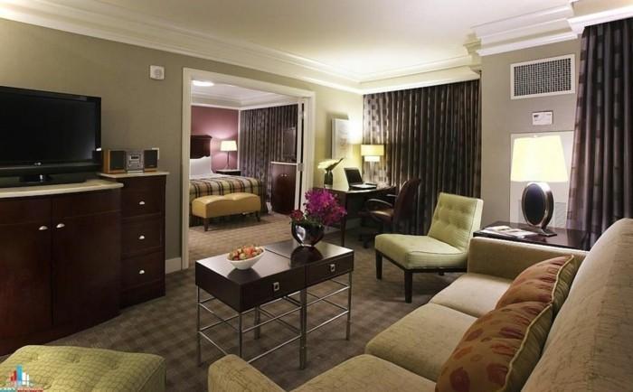 idée-déco-petit-salon-ambiance-romantique-grand-canapé-petite-table-en-bois-meuble-TV-en-bois