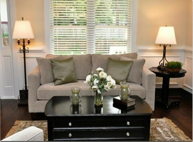 idée-déco-petit-salon-canapé-gris-table-en-bois-brun-jolies-lampes-idée-déco-petit-salon-originale