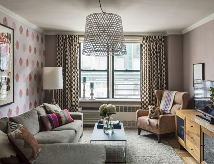 idée-déco-petit-salon-décorer-un-petit-salon-idée-superbe-canapé-lit-d'angle-fauteuil-brun-très-commode-table-basse-papier-peint-à-motifs-floraux