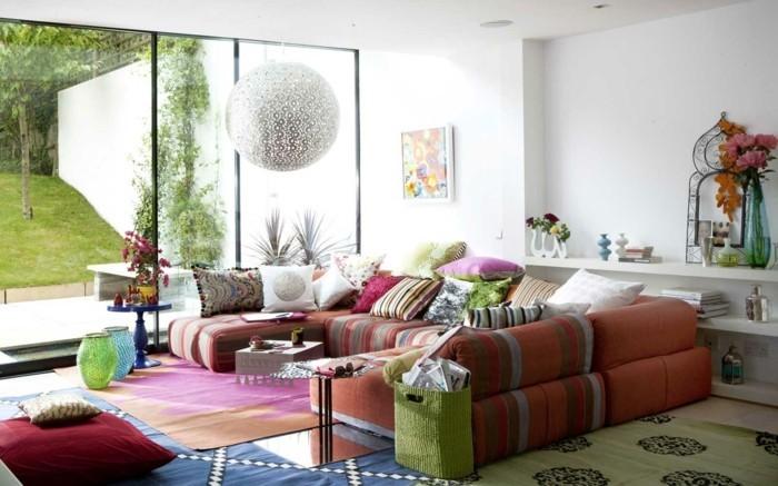 idée-déco-petit-salon-en-couleurs-vives-décorer-un-petit-salon-sofa-sectionnel-coussins-bigarrés-ambiance-enjouée