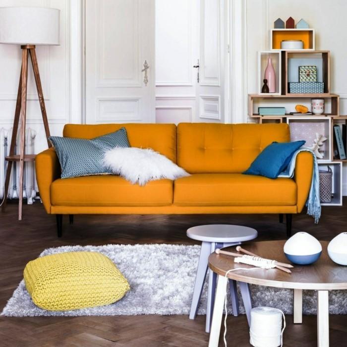 idée-déco-petit-salon-sofa-couleur-orange-table-basse-une-multitude-d'accessoires-ambiance-cozy