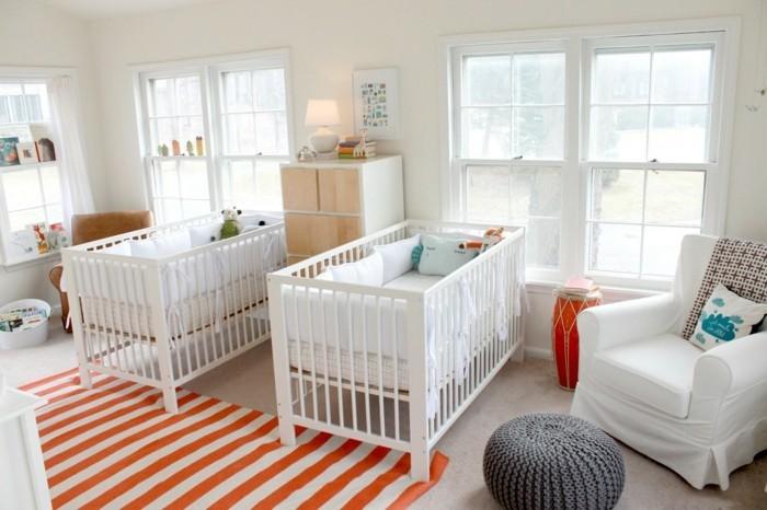 idée-de-déco-chambr-jumeaux-lits-à-barraux-fauteuil-tapis-commode