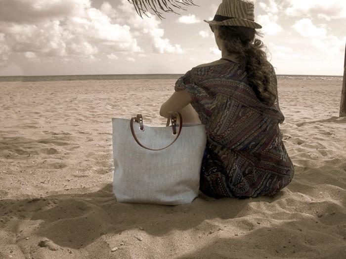idée-sac-plage-paille-grand-sac-de-plage-fille-sable-mer