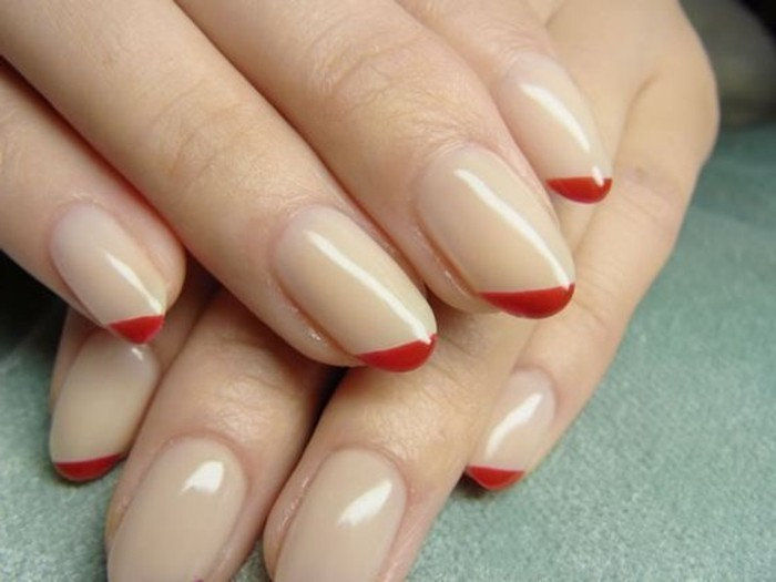 idees-deco-ongle-originale-design-frenche-ongles-beiges-chic