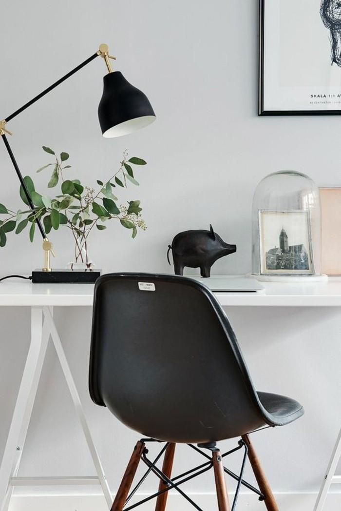 intérieur-minimaliste-coin-be-travail-avec-bureau-chaise-noire-lampe-de-bureau-noire