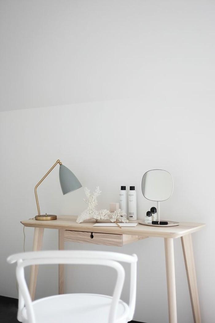 joli-coin-de-beaute-avec-lampe-de-bureau-design-chic-et-original