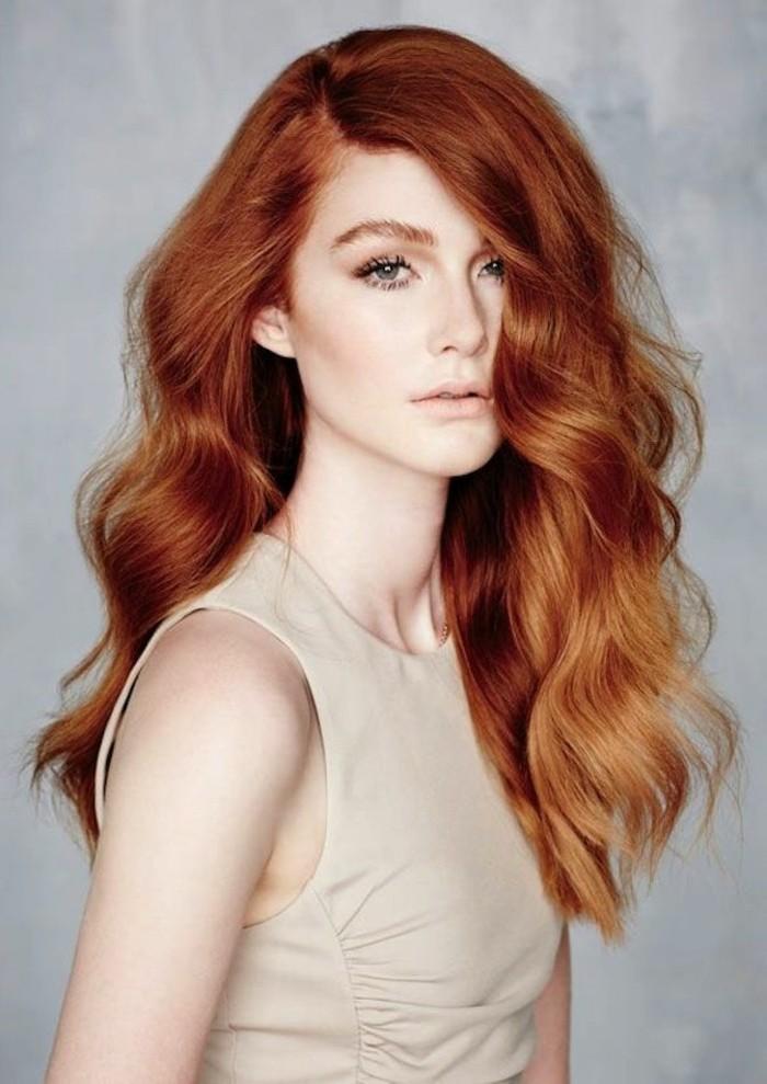 jolie-femme-couleur-cheveux-reflet-rouge-nature