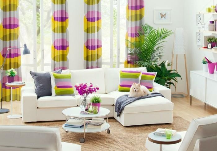 jolie-idée-déco-petit-salon-aménager-un-petit-salon-avec-beaucoup-de-goût-sofa-fauteuils-blancs-guéridon-blanc-coussins-et-rideaux bigarrés