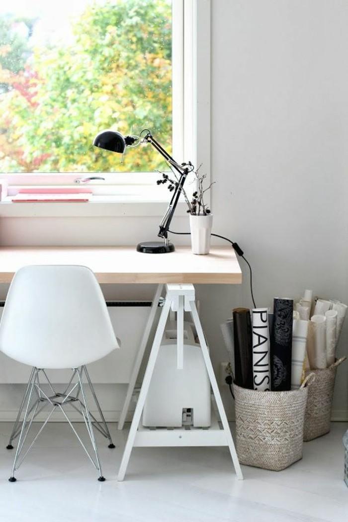 lampe-de-bureau-articulée-noire-en-metal-noir-chaise-blanche-en-plastique