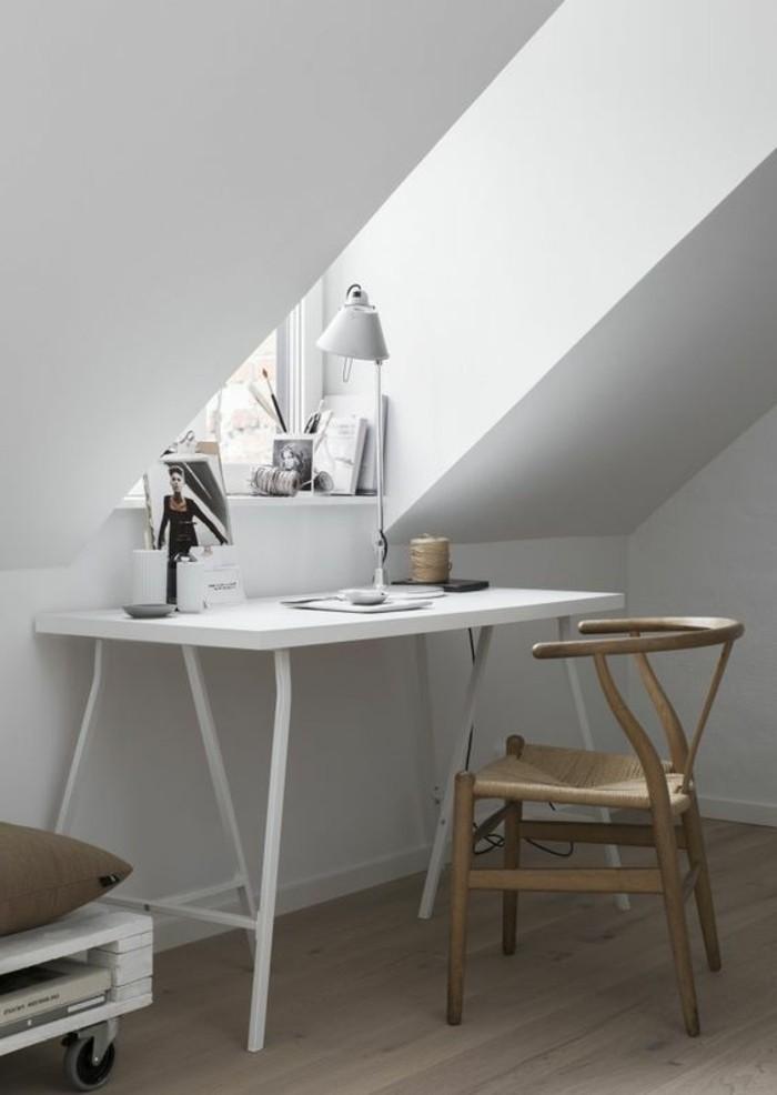 lampe-de-bureau-blanche-chaise-en-bois-naturel-clair-bureau-blanc-chambre-sous-pent