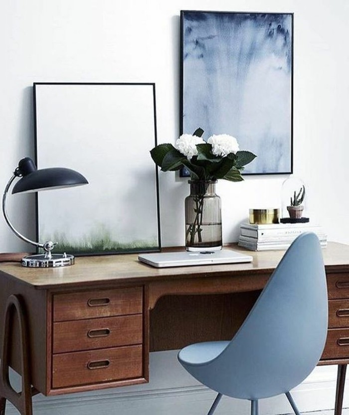 lampe-de-bureau-design-classique-noir-bureau-en-bois-naturel-chaise-en-plastique-gris