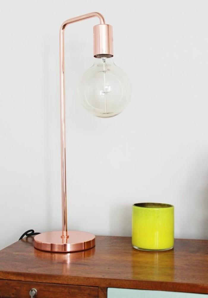 lampe-de-bureau-en-métal-rose-bureau-en-bois-naturel-comment-éclairer-le-bureau