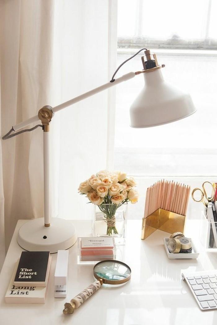 lampes-de-bureau-design-pas-cher-jolie-lampe-en-fer-blanc-fleurs-roses-bureau-de-travail-femme