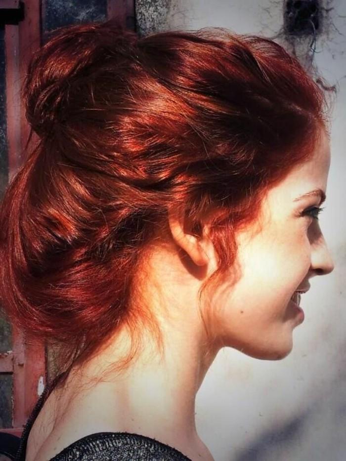 les-stars-couleur-pour-cheveux-rouge-chignon-romantique