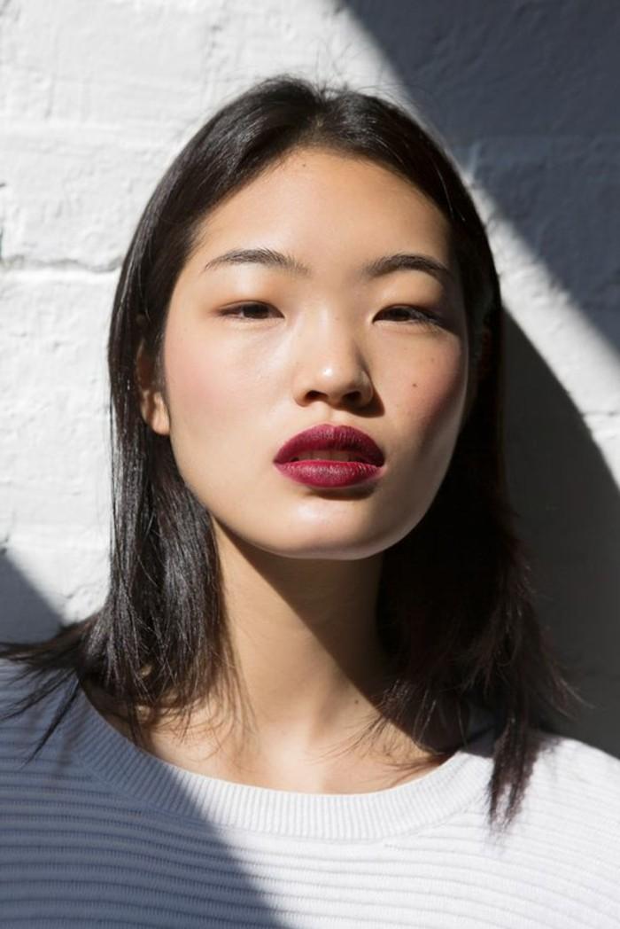 levres-en-rouge-foncé-yeux-bridés-asiatiques-t-shirt-blanc-cheveux-noirs