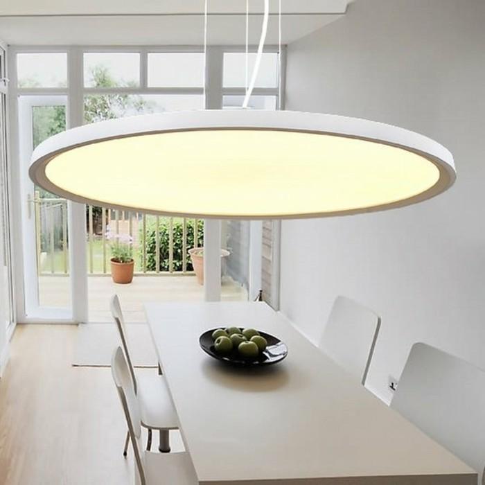 luminaire-led-chaises-beiges-lampe-led-meubles-salle-de-sejour-idee-lumianire-led-chaises-blanches