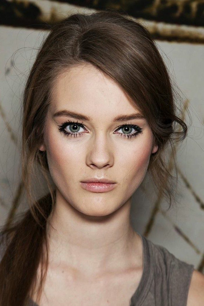 maquillage-yeux-en-amande-yeux-bleus-cheveux-marrons-chatins-idees-maquillage