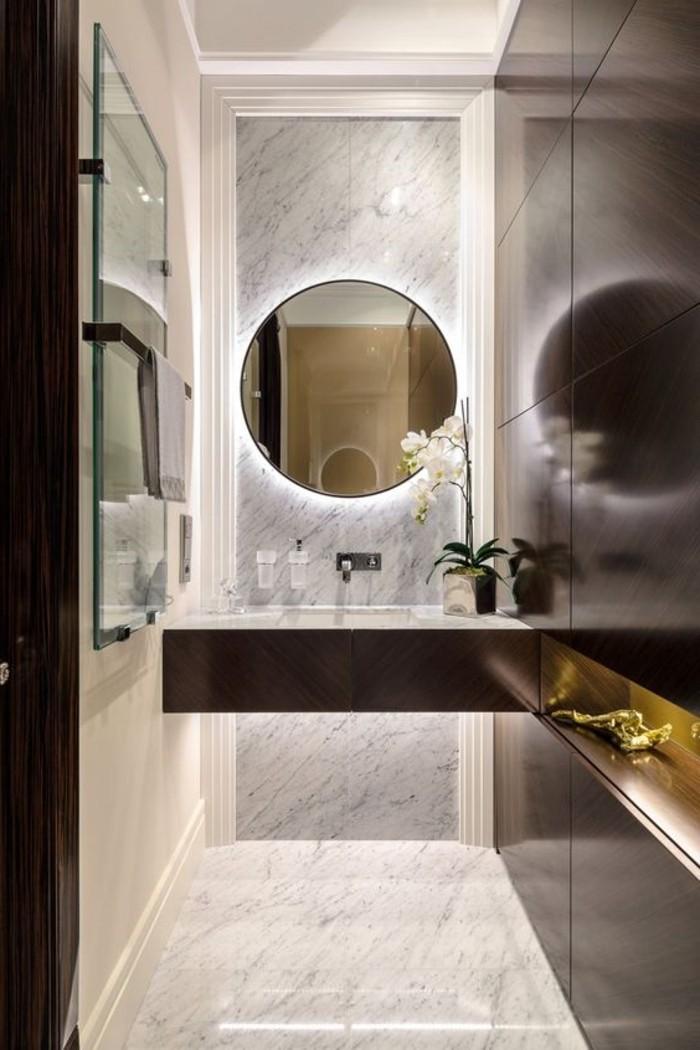 miroir-de-salle-de-bain-avec-éclairage-en-forme-ronde-salle-de-bain-en-marbre
