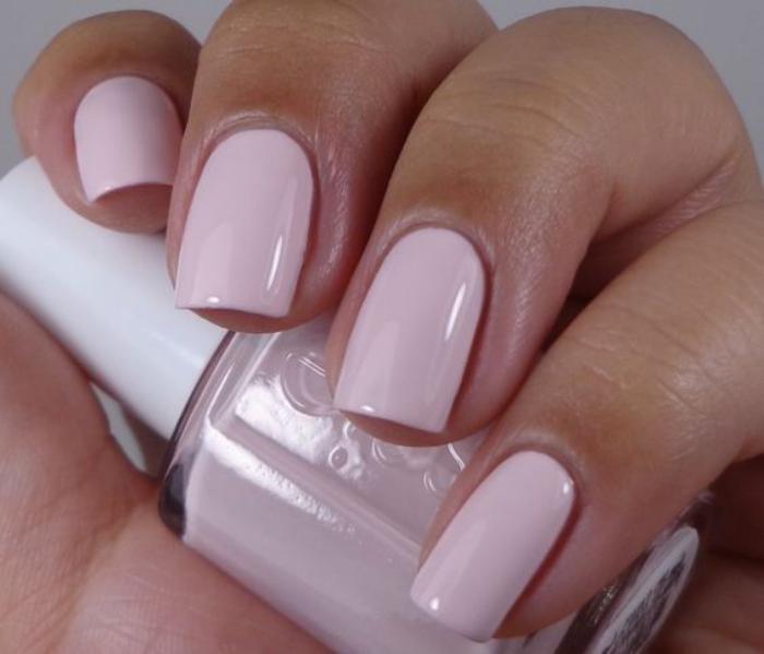 modèle-ongles-vernis-rose-pâle