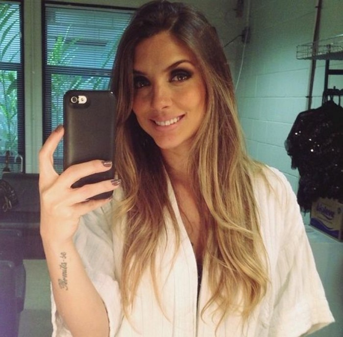 moderne-balayage-cheveux-chatain-moderne-selfie