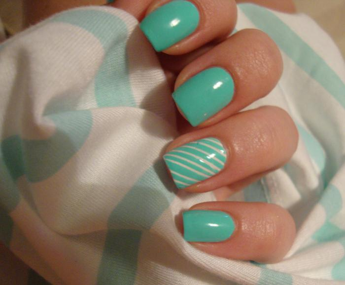 nail-art-facile-en-vert-et-blanc-géométrique