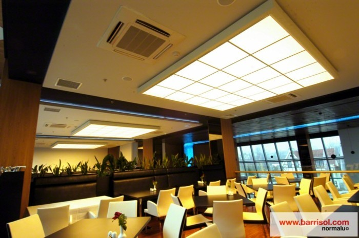 plafond-dalles-lumineuses-chaises-et-table-restaurant-idee-luminaire-led-plafond-en-dalles