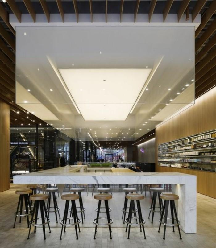 plafonnier-neon-bar-de-cuisine-haut-bar-en-marbre-chaises-hautes-autour-de-bar