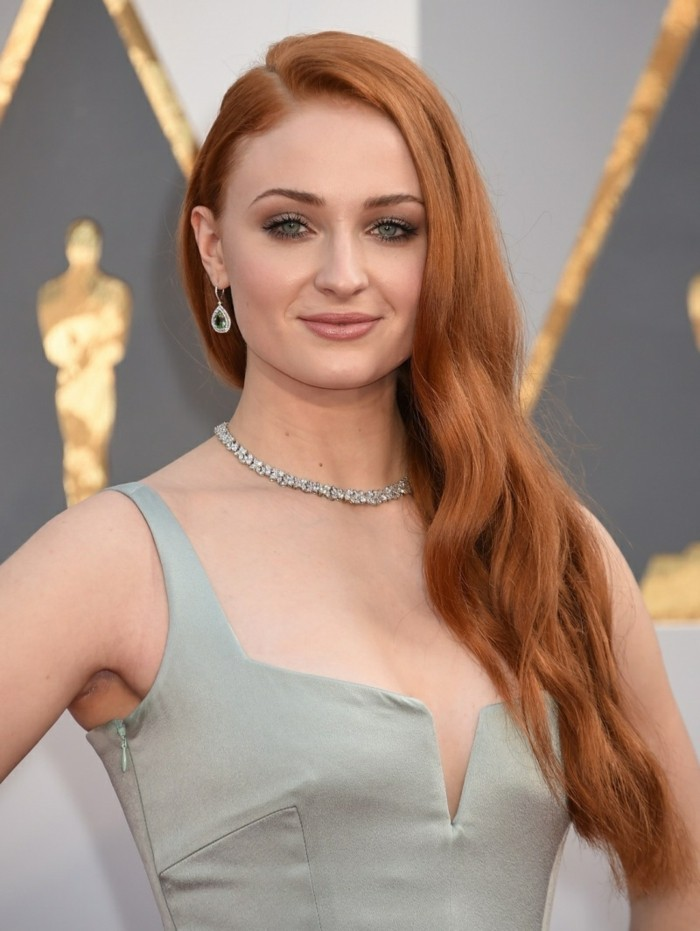quelle-couleur-cheveux-rouge-acajou-femme-célèbre-soin