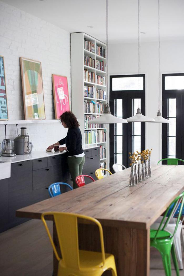 salle-à-manger-style-industriel-chaises-colorées-design-industriel