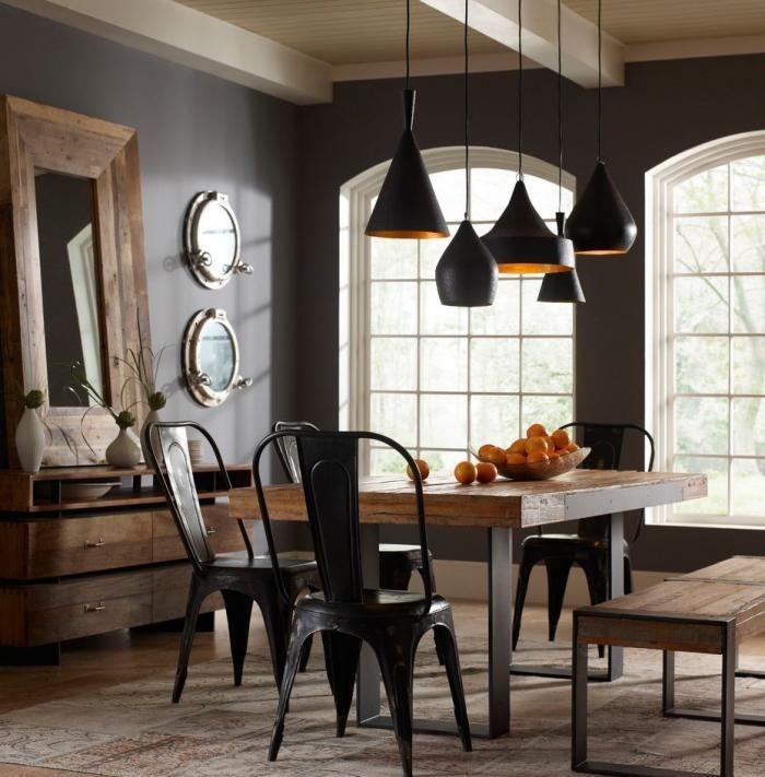 salle-à-manger-style-industriel-chaises-style-industriel-plusieurs-lampes-suspendues
