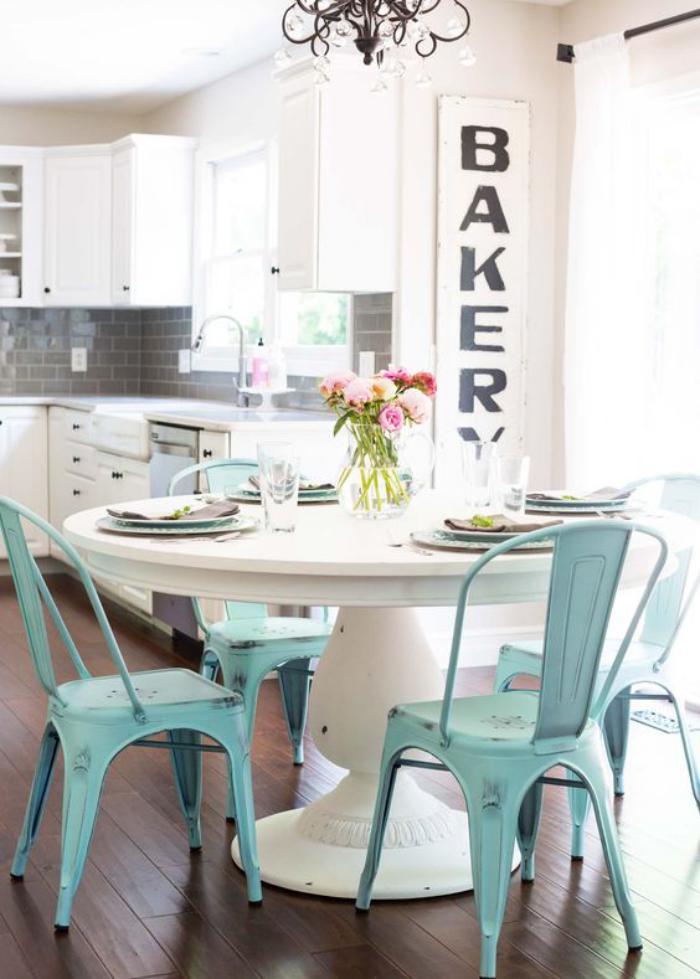 salle-à-manger-style-industriel-chaises-tolix-bleues-table-blanche-ronde