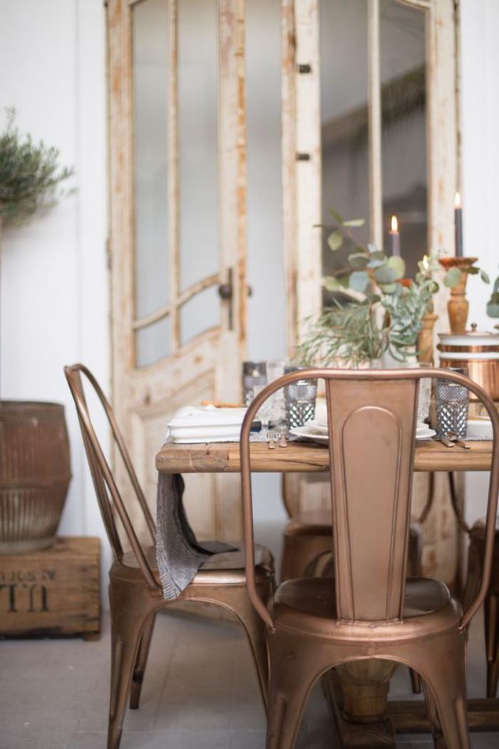 salle-à-manger-style-industriel-chaises-tolix-couleur-cuivre