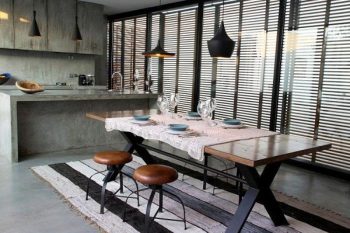 salle-à-manger-style-industriel-cuisine-en-béton-et-tapis-rustique