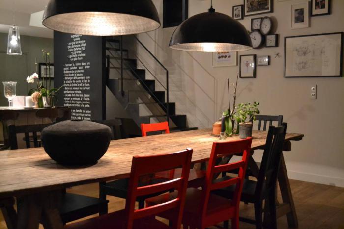 salle-à-manger-style-industriel-grandes-lampes-noires