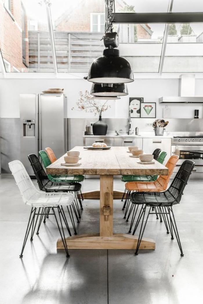 salle-à-manger-style-industriel-lampes-style-industriel-au-dessus-de-la-table