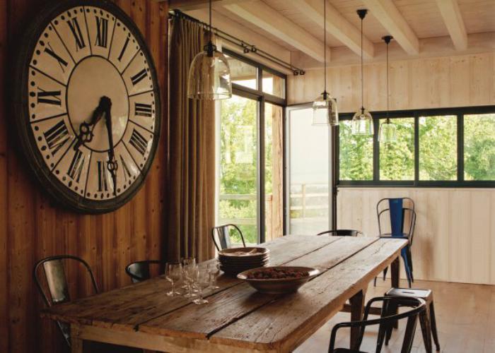 salle-à-manger-style-industriel-métal-et-bois-grande-horloge-murale