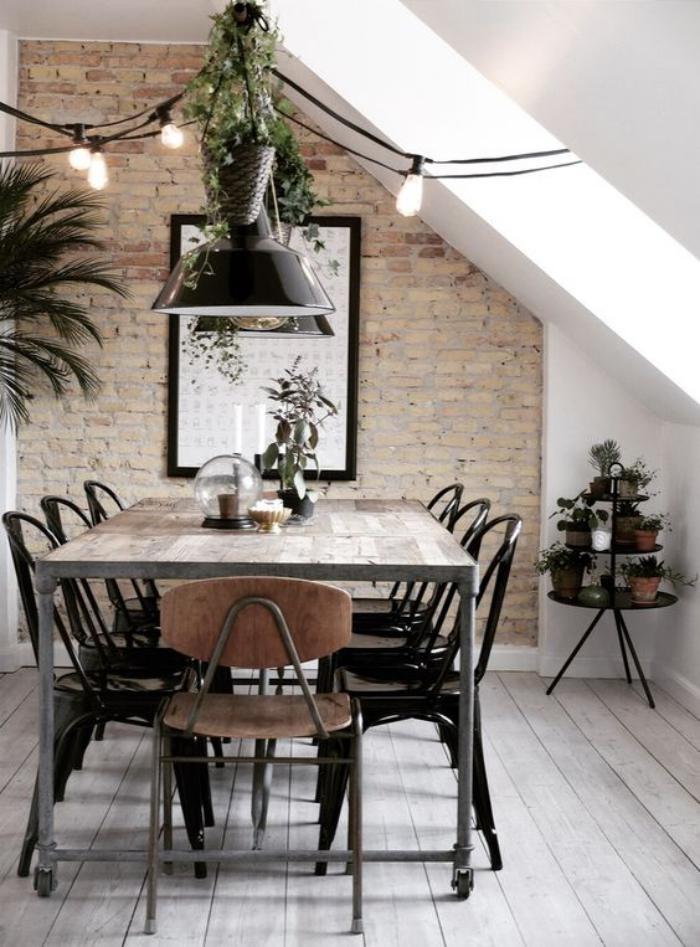 salle-à-manger-style-industriel-mur-en-briques-ampoules