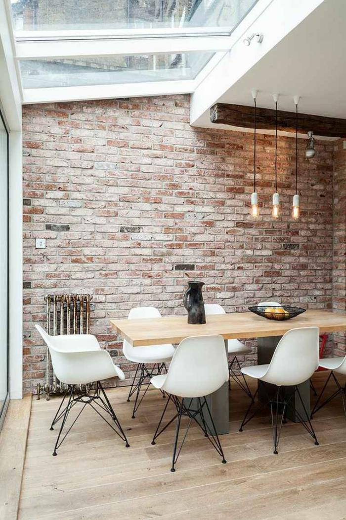 salle-à-manger-style-industriel-mur-en-briques-et-chaises-scandinaves