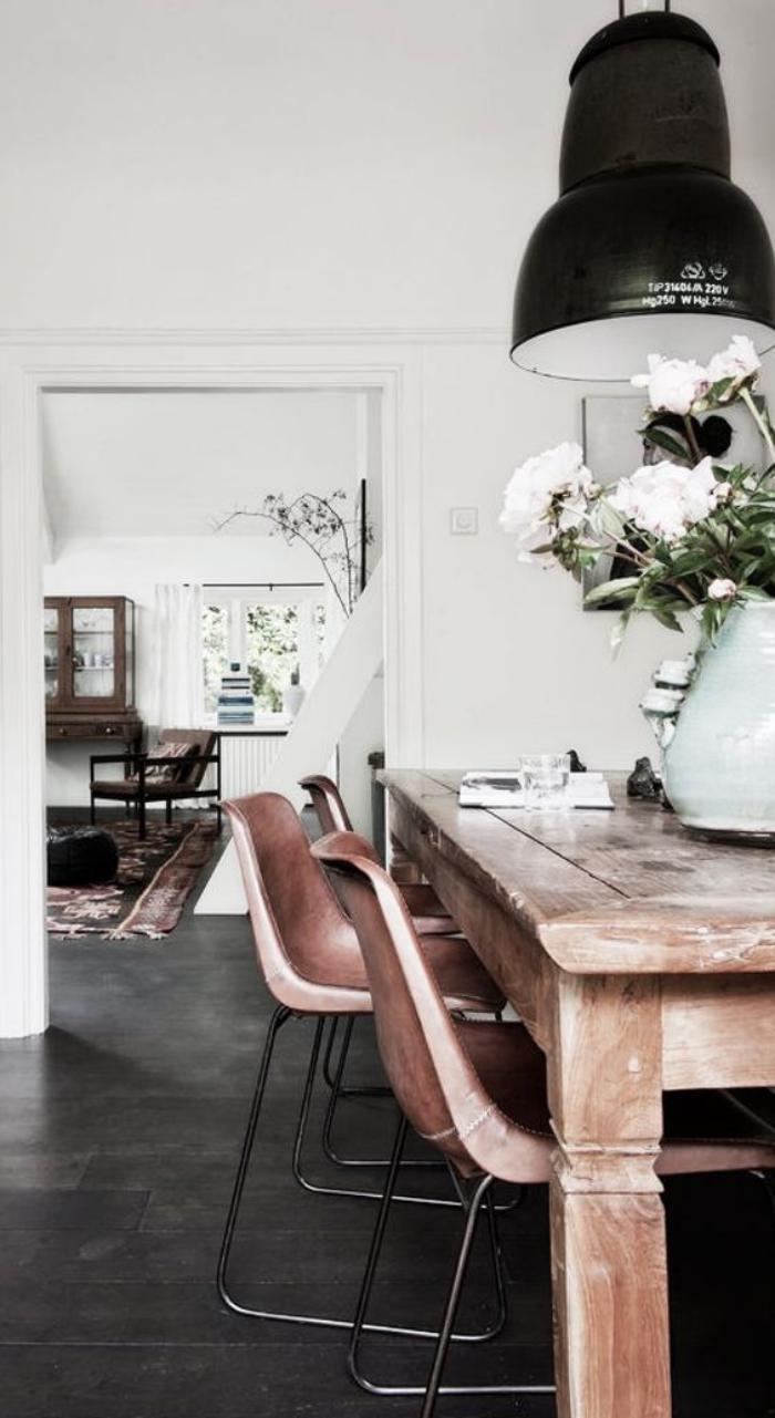 salle-à-manger-style-industriel-table-en-bois-solide-lampes-style-industriel