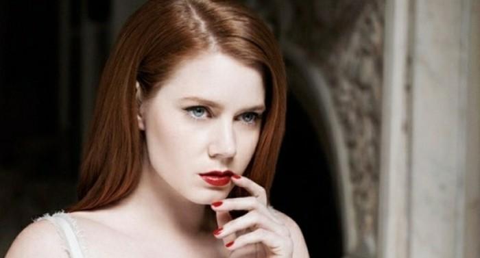 une-couleur-de-cheveux-acajou-rouge-couleur-cheveux-ton-rouge
