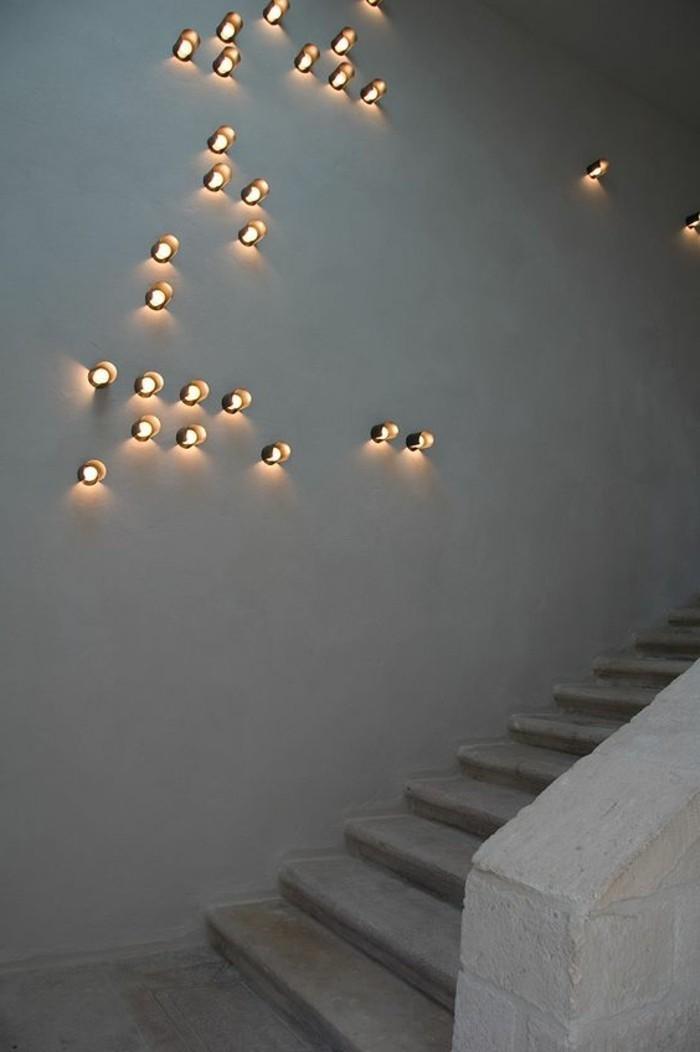 0-idee-d-eclairage-pres-d-escalier-dans-le-couloir-mur-en-beton-ciré-gris