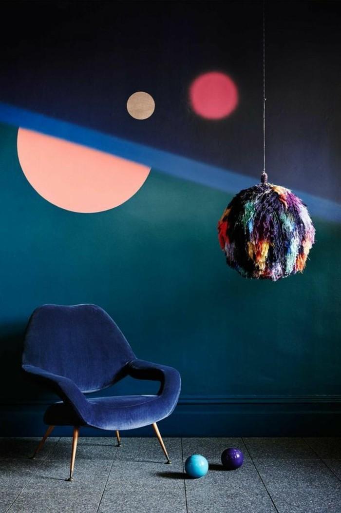 0-luminaire-design-coloré-chaise-en-bleu-foncé-murs-colorés-idee-tendance-interieur