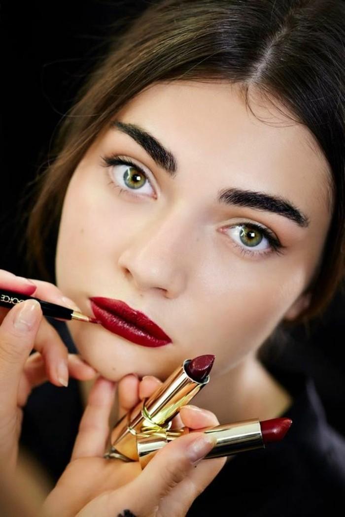 00-maquillage-discret-pour-yeux-verts-rouge-à-levres-en-rouge-foncé