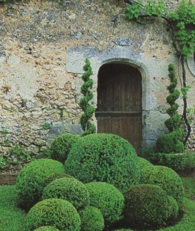 01-Mur de clôture. Une porte.