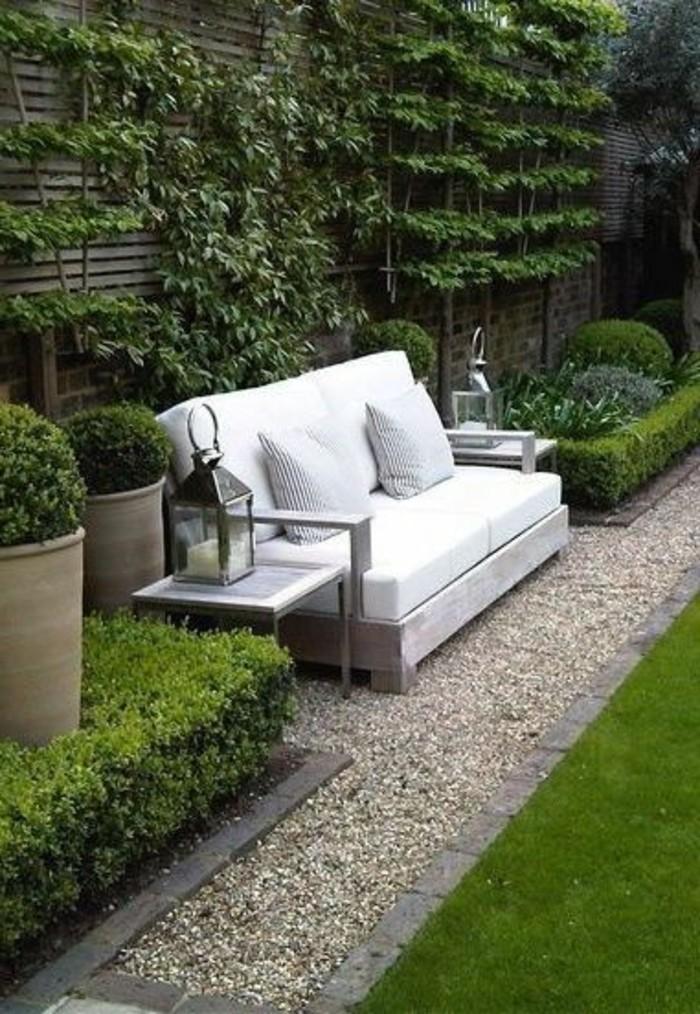 04-Mur de clôture. Un canapé.