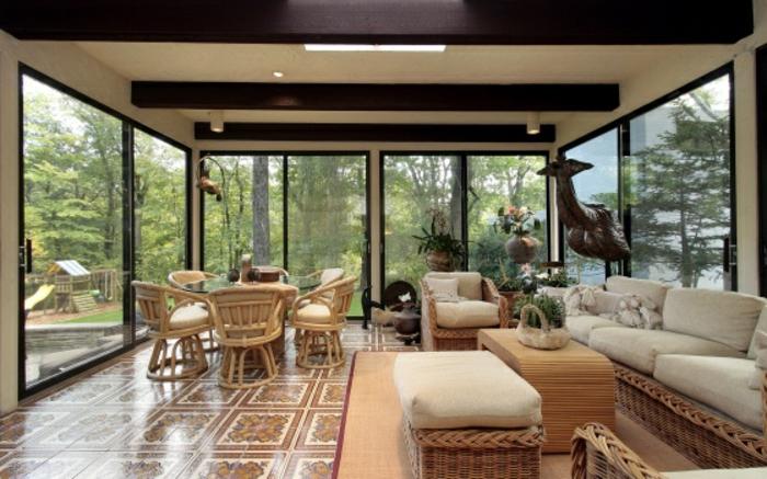 deco-veranda-géniale-amenagement-veranda-en-salon-spacieux-meubles-en-rotin-carrelage-à-motifs-floraux