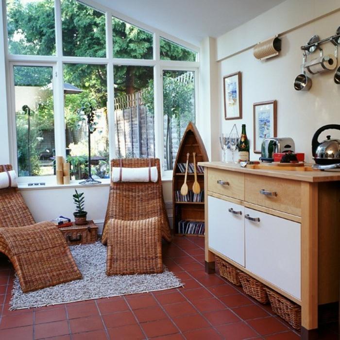 deco-veranda-très-intéressant-deux-chaises-longues-en-rotin-meubles-en-bois-le-lieu-idéal-pour-passer-une-soirée-avec-des-amis